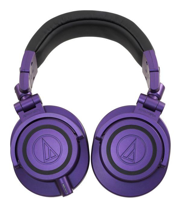 M50x Purple kuulokkeet käännettynä litteäksi.