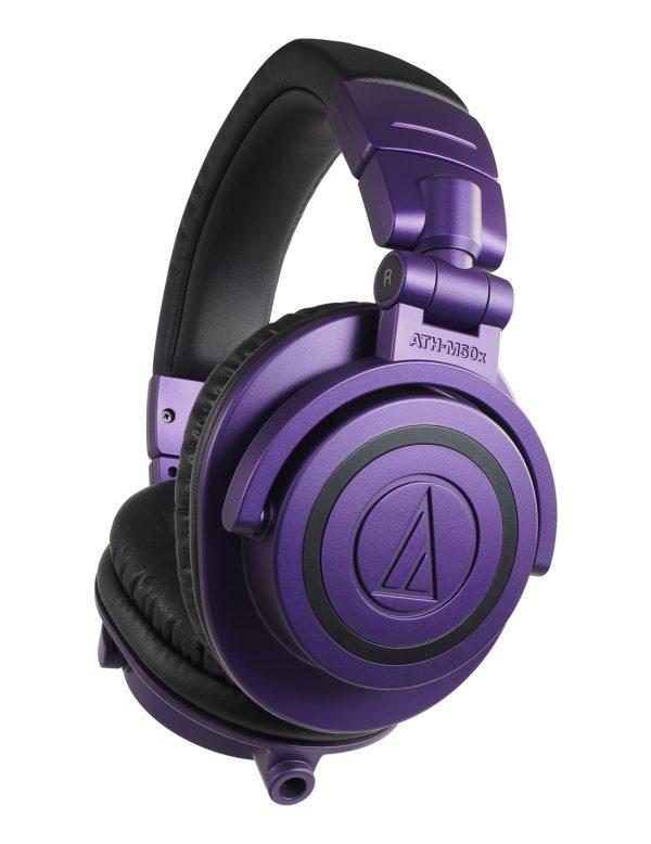 M50x Purple kuulokkeet kulmasta kuvattuna.