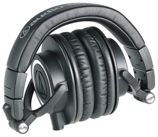 M50x mustat studiomonitorikuulokkeet kokoontaitettuna.