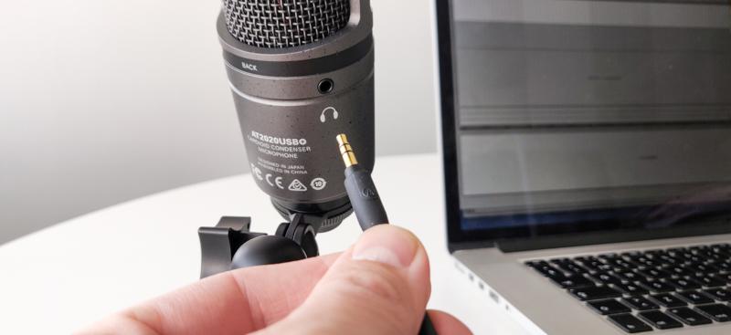 Kuulokkeiden kytkentä USB-mikrofoniin.